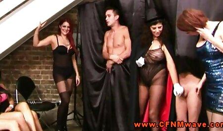 Séduisante chic milf tittyfucks et suce videos sex voyeurs