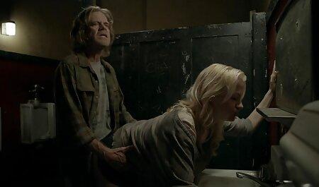 Lily doigte sa xxx nudistes chatte humide en prison