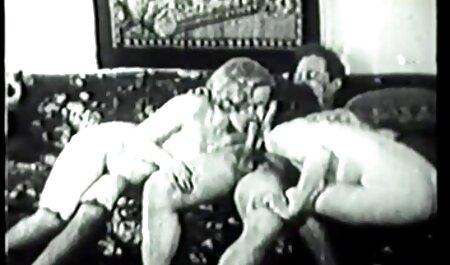 Sexy poussin blanc orgie echangiste amateur suce une bite noire et prend un grand soin du visage